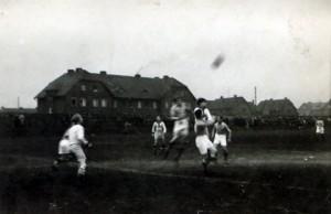 Mecz przy dzisiejszej ul. Mariackiej. W tle - nieistniejące już dziś budynki Emmy (tzw. Bottrop).